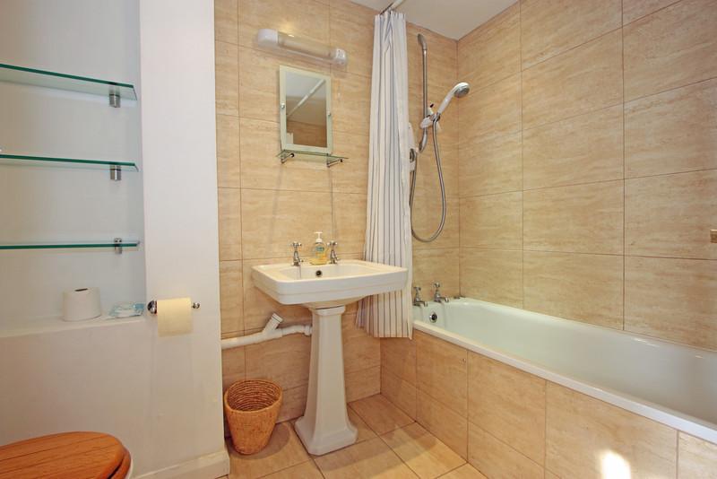 28 Sisters Avenue Bathroom