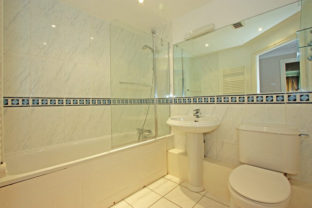 Bathroom 2-20 Draymans Court SW9
