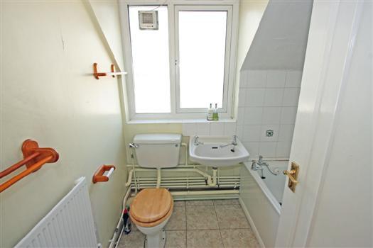 77 Fawcett Close bathroom